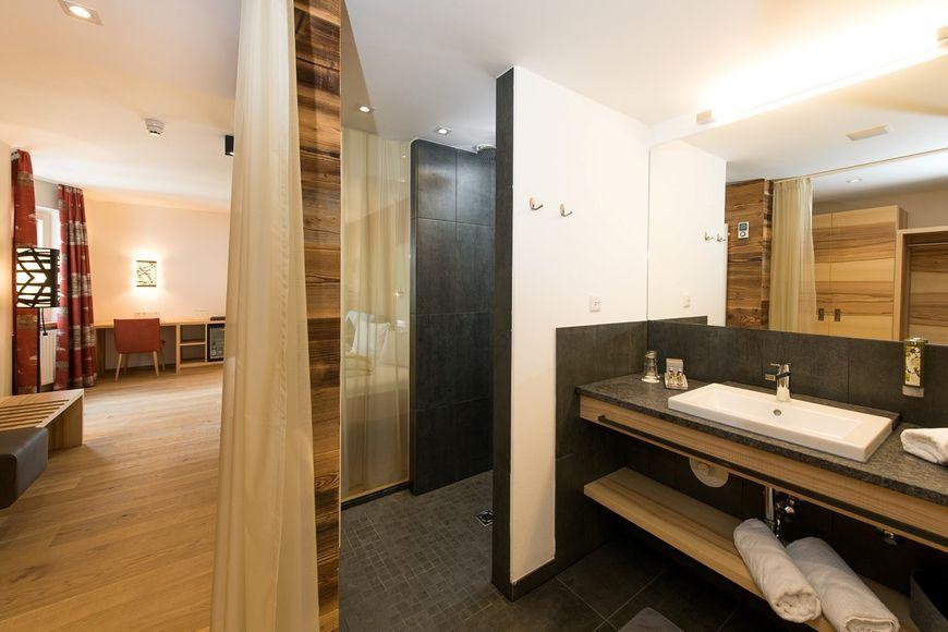 LEBE FREI - Hotel Der Lowe - Slide 3
