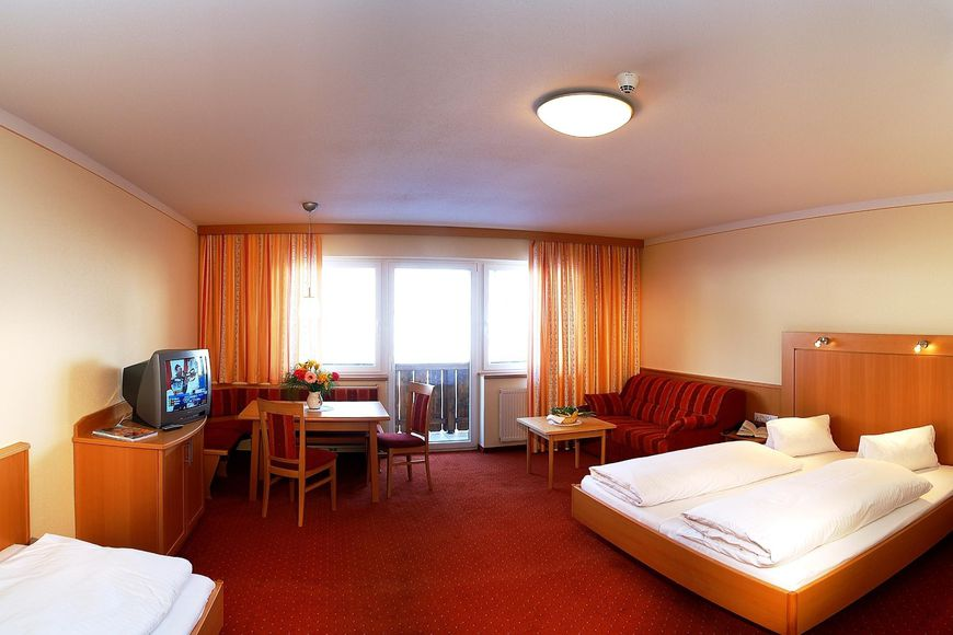 Three-bed room/2 addl. beds, shower/wc, HB