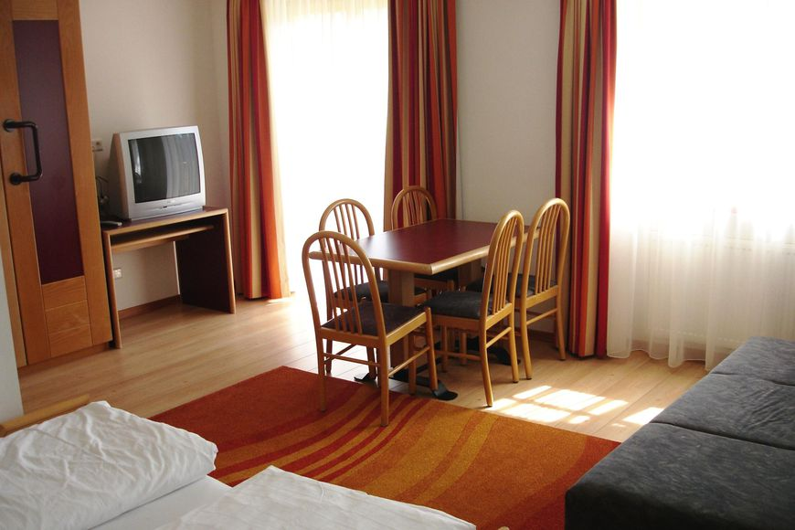 Double room/2 addl. beds, shower/wc